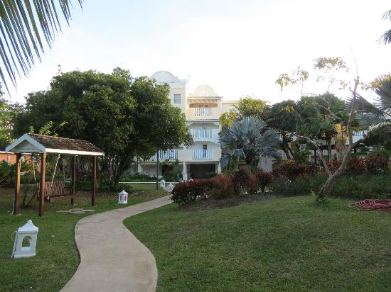 Amaryllis Beach Resort: Part of the garden and the hotel.