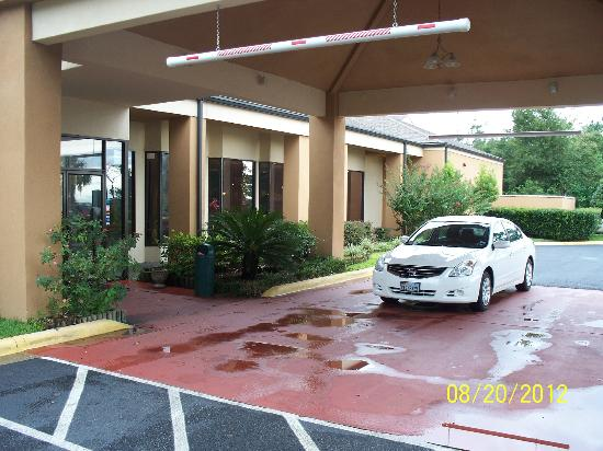Quality Inn & Suites: The front entrance