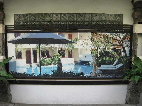 Kuta Lagoon Resort & Pool Villa: Picture gallery on walls