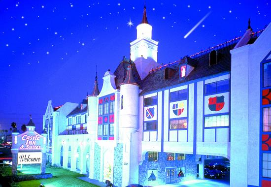 Castle Inn and Suites: Night View