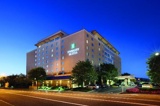 Embassy Suites Hotel Charleston: Hotel at Dusk