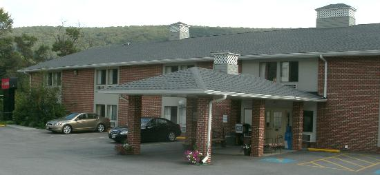 Econo Lodge Harpers Ferry: Entrance and parking lot