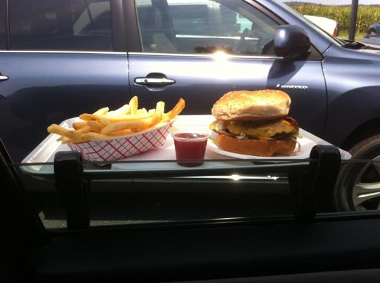 Duncannon, Pensilvanya: Red Rabbit Drive-In burger and fries