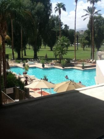 Indian Wells Resort Hotel: Pool view from the hallway on the 2nd floor :)