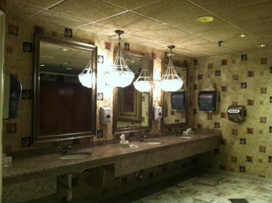 Cape Codder Resort & Spa: Lobby Bathroom