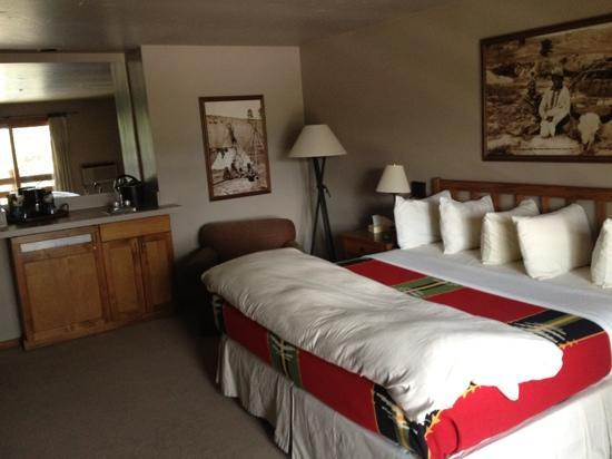 River Rock Lodge: room, wetbar and bed