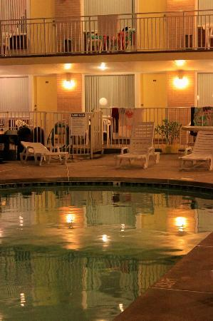 Ala Kai Motel: Pool reflection at night