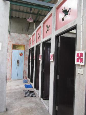 Cozy Bangkok Place Hostel: showers and toilets with soap and toilet paper