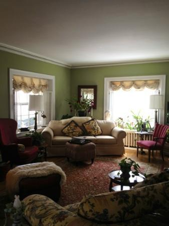 1907 Bragdon House Bed & Breakfast: Comfy living room