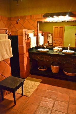 Laguna Lodge Eco-Resort & Nature Reserve: Jaguar Suite bathroom