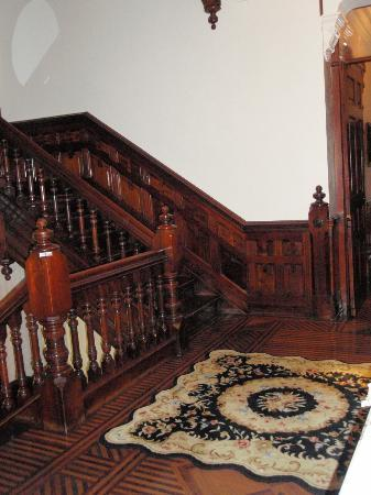 Reynolds Mansion Bed and Breakfast: staircase