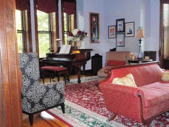 Reynolds Mansion Bed and Breakfast: Tricia's Steinway