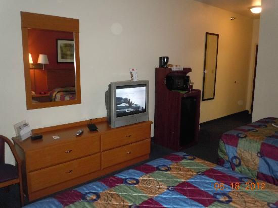 Econo Lodge Inn &amp; Suites: TV, microwave and mini fridge.