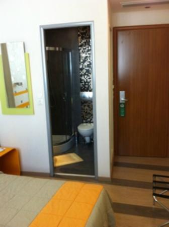 Amazon Hotel: Small room.