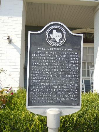 Hudspeth House Bed and Breakfast: Historical marker on front lawn of Hudspeth House