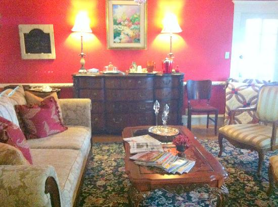 Hudspeth House Bed and Breakfast: Sitting room where tea and cookies are served 4-6 pm.