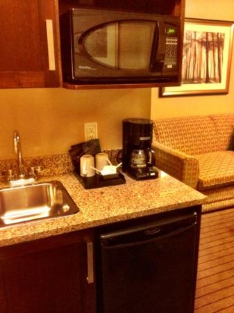 Holiday Inn Express Hotel & Suites Courtenay Comox Valley SW: Coffee area with fridge and paper plates and plastic cutlery for convenience