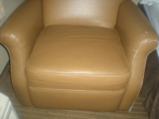 Extended Stay America - Oakland - Emeryville: The lazy boy chair next to bed