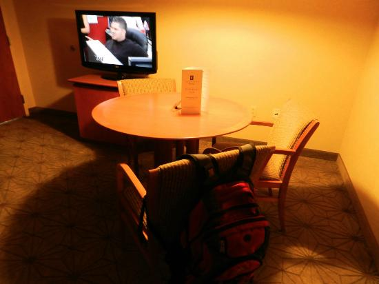 Embassy Suites by Hilton Portland-Airport: Living area