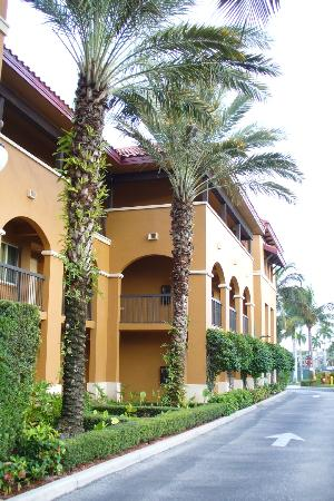Bellasera Hotel: Front of apartment building