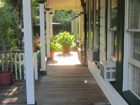 Brannan Cottage Inn: outside deck