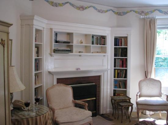 Clark House on Hayden Lake: Sitting area inside the Winifred Clark Suite