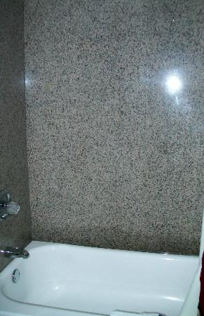 Red Roof Inn Staunton: Marble shower walls