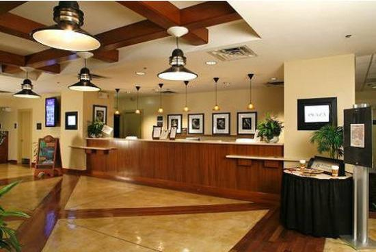 Paramount Plaza Hotel & Suites: Guest Services Check In Lobby