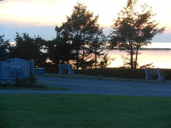 Juan de Fuca Cottages: post sunset from cottage