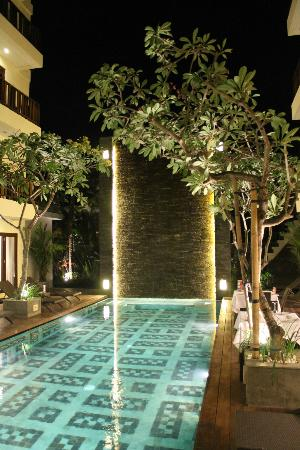 Sense Hotel Seminyak: pool water wall