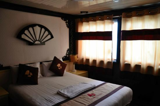 Mai Hotel Hanoi: Our cabin in the luxury cruise in Halong Bay that Mai Hotel arranged for us