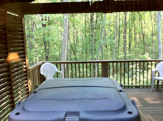 Old Man's Cave Chalets: Nice and relaxing hot tub.