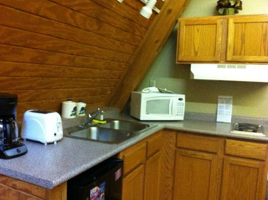 Old Man's Cave Chalets: Nice little Kitchenette.