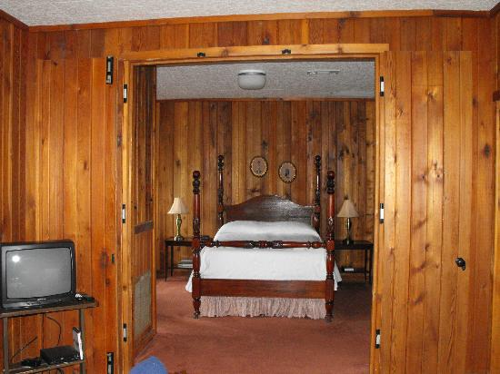 Starlight Plantation: Bedroom with doors open