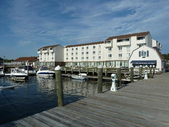 Newport Harbor Hotel & Marina: Hotel view from the dock