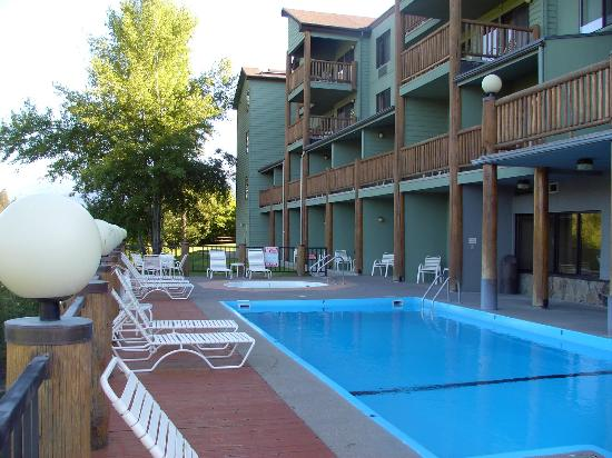 Pine Lodge: Pool, spa &amp; patio lounger area
