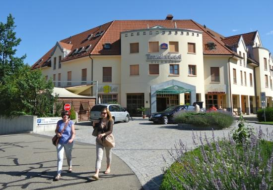 BEST WESTERN Trend Hotel Zurich-Regensdorf: walking to local railway station with hotel behind