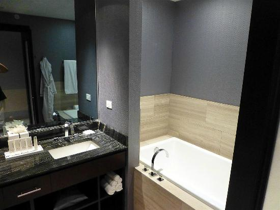 Soaking tub picture of ivy boutique hotel chicago for Top boutique hotels in chicago