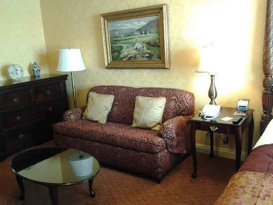 Ayres Hotel Seal Beach: Comfy sitting area with couch and leather chair.