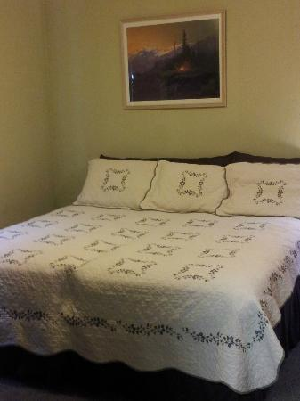 Creekwood Inn: King Bed: really two twins.