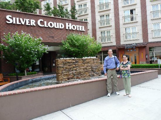 Silver Cloud Hotel - Broadway: Beautiful front entrance with fountain
