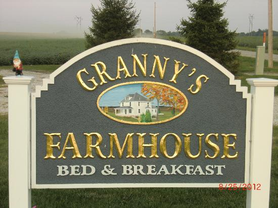 Grannys Farm Bed & Breakfast: Sign in front of the Farmhouse