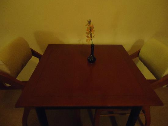 Gurney Resort Hotel & Residences: Dining table in room