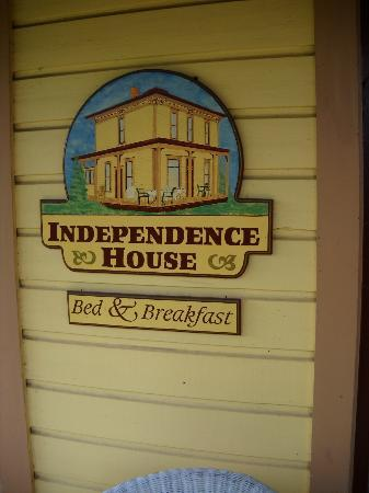 Independence House Bed & Breakfast: Sign in front