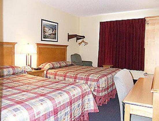 Super 8 Elkhart: Standard Two Queen Bed Room
