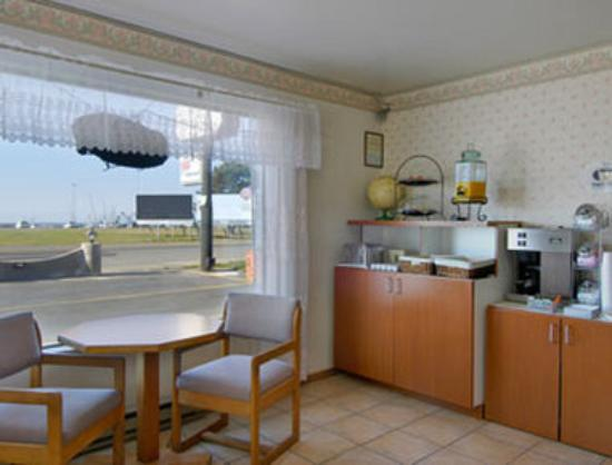 Super 8 Crescent City : Breakfast Area