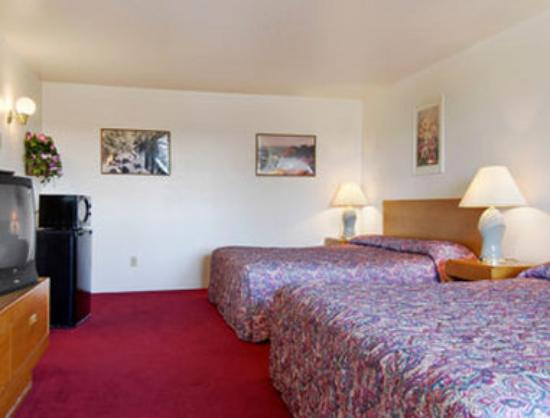 Super 8 Crescent City : Two King Bed Room with MicroFridge