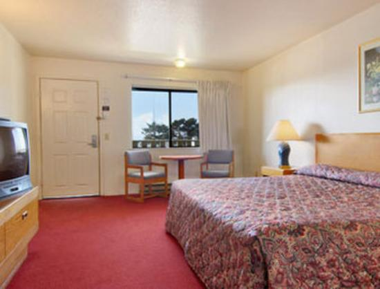 Super 8 Crescent City : King Bed Room