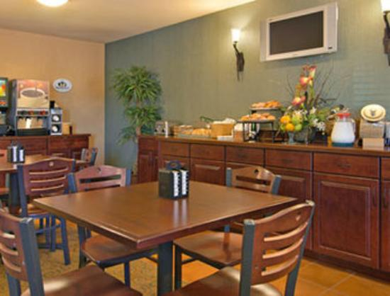 Super 8 Fairview Heights: Breakfast Area