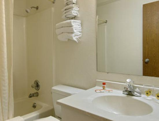 Super 8 Fairview Heights: Bathroom